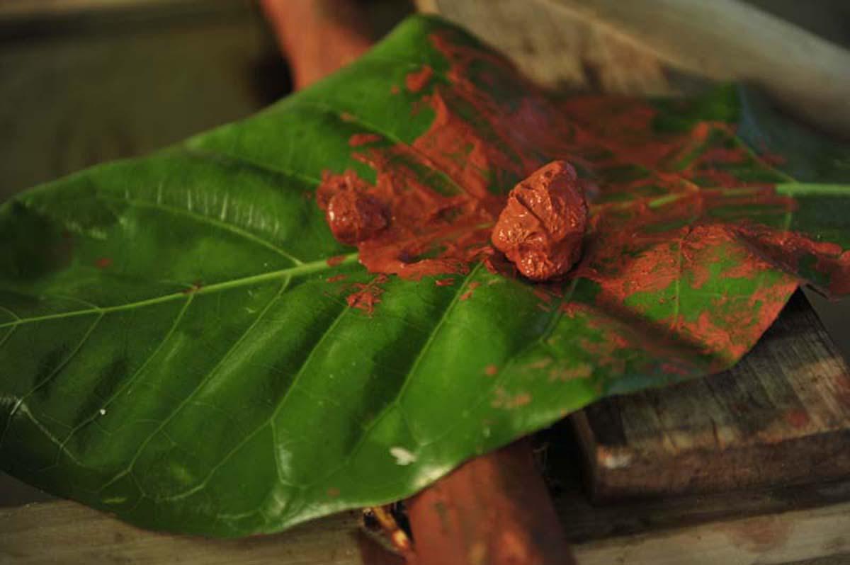 Red paint is made out of red clay and is used in decorating the canoe.
