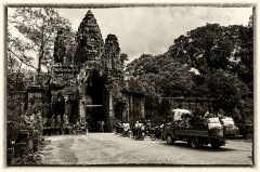 Bayon Gate Traffic.jpg